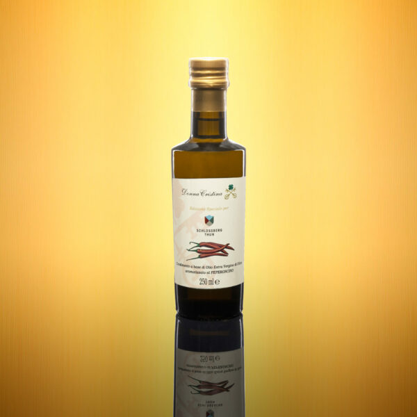 """Extra-virgin olive oil with chilli flavor <p>Oil of ancient origin, known in Calabria as """"Holy Oil"""" or """"little devil"""", this seasoning is prepared using only fresh products, which ripened under the Italian sun. To be used as a seasoning for each dish to which you want to add a little Mediterranean fire. Format: 0.25L</p>"""