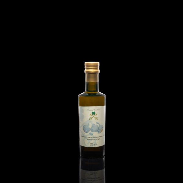Natives Olivenöl extra mit Knoblauch Aroma <p>Öl alter Herkunft, unter den vielen nützlichen Eigenschaften von Knoblauch ist die «Allucina», welche der Bildung von Gerinnseln im Blut entgegenwirkt. Knoblauch reguliert auch den Blutdruck und wirkt als natürliches Antibiotikum. Dieses duftende Öl verleiht Ihren Rezepten eine besondere Note. Format: 0.25L</p>
