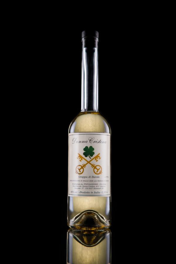 Grappa di Barolo Diese Barolo Grappa wird aus der Destillation von Schalen der Nebbiolo-Trauben gewonnen, die nur für Barolo bestimmt sind. Ein kurzer Durchgang in Eichenfässern verleiht dieser Grappa elegante Rundheit und einen zarten und anhaltenden Duft. Der Seideneffekt im Nachgeschmack ist ein Markenzeichen seines Charmes Hören Sie sich die Beschreibung an