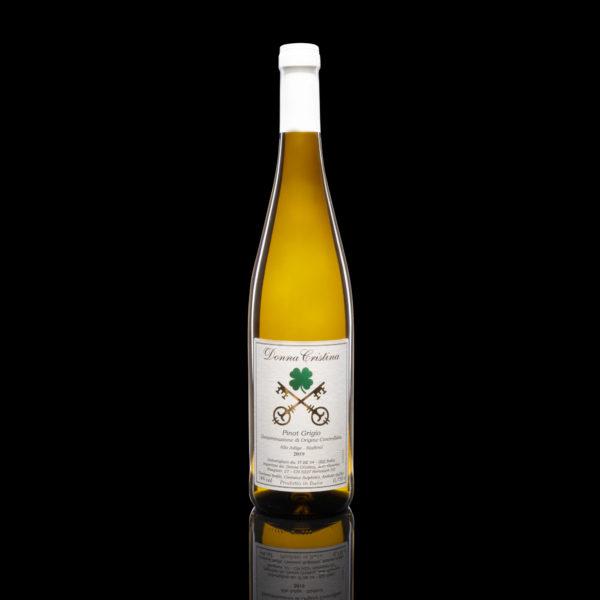Pinot Grigio D.O.C. Goldiges Strohgelb mit frischen Birnennoten, an eleganten Stroharomen verflochten und Zitrone. Frisch im Gaumen, saftig und mineralisch. Der Abgang ist persistent. Hören Sie sich die Beschreibung an