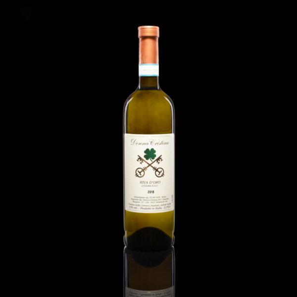 Riva d'Oro – Lugana D.O.C. «Ce Lugana est très bon» est le commentaire de 99,9% des fans de Lugana quand ils le goûtent. En effet, ce blanc est un des plus élégants de l'Italie du Nord et est reconnu pour son extrême fraîcheur, combiné avec un bouquet d'acacia et d'amandes. La presque absence d'acidité et la douceur en bouche en fait l'un des chéris de ceux qui aiment le fruité élégant et caressant. Nous le faisons produire avec une petite attention qui le rend encore plus soyeux. Écouter la déscription