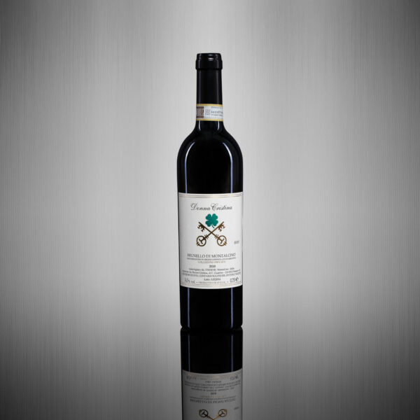 Brunello di Montalcino 2010 D.O.C.G. - Collezione Privata Il 2010 è stata a giudizio unanime della critica internazionale un'annata straordinaria ed eccellente per il Brunello di Montalcino. Già nel 2010, l'assaggio del Rosso di Montalcino era stato talmente folgorante da far presagire un Brunello fuori norma. La maggior parte dei produttori ha venduto su prenotazione, ancor prima di proporre questo vino sul mercato. Sono stati soprattutto i grandi nomi della gastronomia internazionale così come i grandi collezionisti che si sono accaparrati anzitempo queste bottiglie preziosissime.